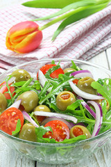 Salad with arugula, tomato, onion and green olives