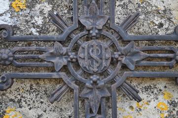 Croix métal tombe feuilles
