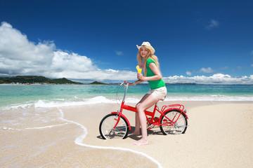 南国沖縄の美しいビーチで遊ぶ笑顔の女性
