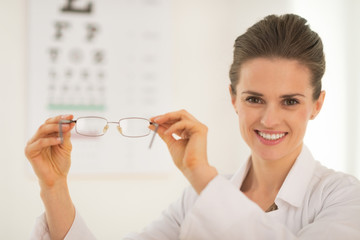 Ophthalmologist doctor woman showing eyeglassesnel