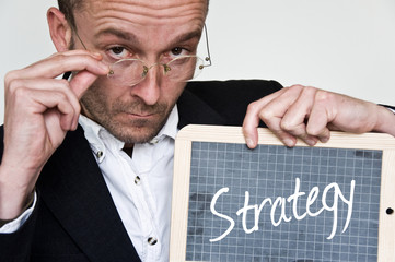businessman et message stratégie sur ardoise