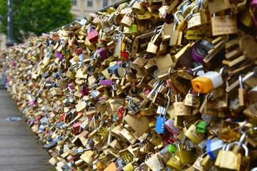 Brücke in Paris mit Liebesschlössern