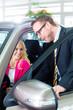 Kunde kauft Neuwagen im Autohaus