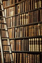 Livres anciens dans la vieille bibliothèque de Trinity College, Dublin