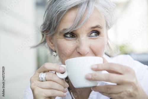 Poster ältere Frau mit Kaffeetasse