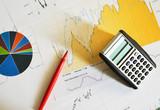Kalkulationen und Rotstift - 65730273