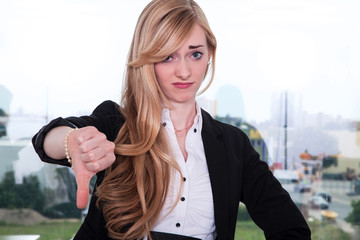 Geschäftsfrau ist demotiviert und zeigt Daumen runter