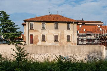Facciata casa con mura danneggiate, abbandono rovina