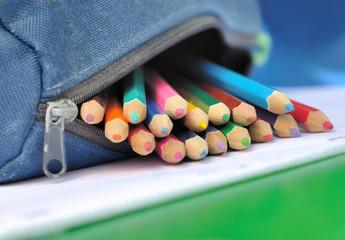 crayons de couleurs sortant d'une trousse
