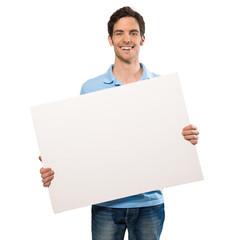 Junger Mann hebt Plakat