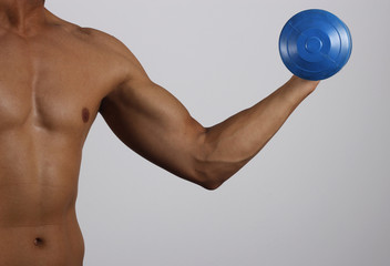 Hombre joven practicando pesas