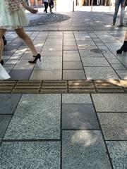 石畳の歩道を歩く人々