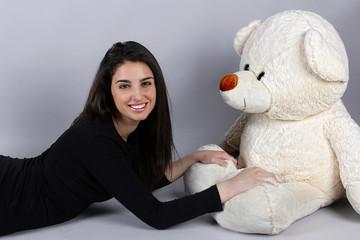 Mujer con oso de peluche