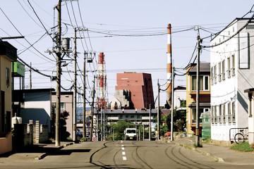 坂の上から見る工場とエントツ