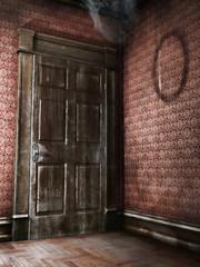 Stare drewniane drzwi w opuszczonym budynku