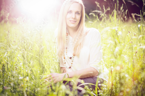 canvas print picture Blonde Frau in der Wiese