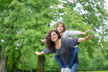 Mutter und Tochter beim spielen im Grünen