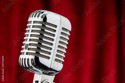 Retro Mikrofon vor rotem Samt