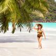 Frau genießt Strandurlaub