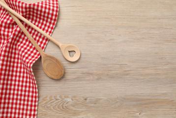 Kochlöffel mit Geschirrtuch