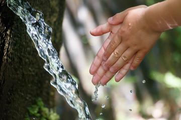 わき水で手を洗う