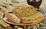 Chleb z płatkami owsianymi na talerzu