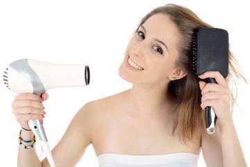 Teenager föhnt und bürstet Haare