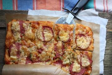 Пицца с салями и сыром