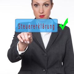 Frau berührt ein Symbol Steuererklärung online mit grünem Pfeil