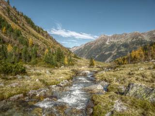 Wildwasser in Herbstlandschaft in HDR