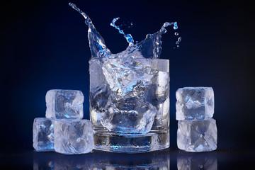 Eiswürfel im Glas mit Wasser