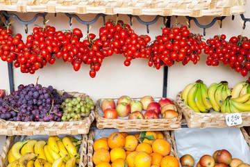Bancone con cassette di frutta e verdura