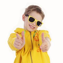garçon 11 ans avec lunettes noires souriant