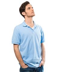 Junger Mann schaut nach oben