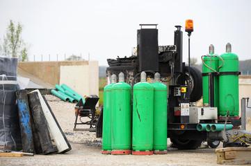Gasflaschen und Teerwagen auf Baustelle