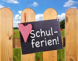 """Gartenzaun mit Schild """"Schulferien"""""""