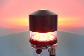 Lampa oświetlenia przeszkodowego włączona.