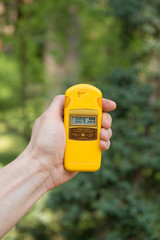 Checking radiation level with a personal dosimeter
