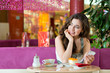 Junge Frau in einem Eiscafe