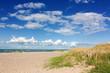 Himmel mit Wolken über Strand mit Dünen an der Ostsee