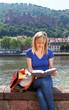 Studentin in Heidelberg liest in einem Buch
