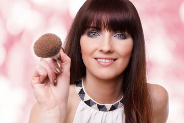 junge schöne Frau mit Makeup Pinsel