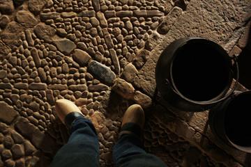 Stein Boden Holzschuhe Kessel