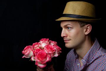 Mann mit Rosen im Profil