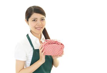 お弁当を持つ女性
