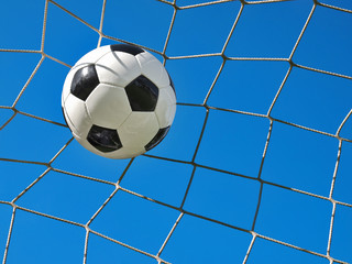 Fußball zappelt im Netz