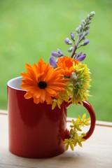 Rote Tasse mit Blumen