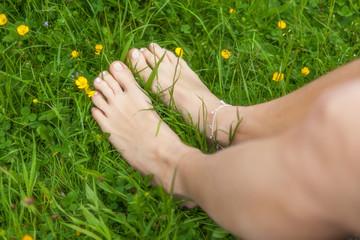 Nackte Füße in Gras