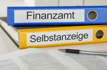 Aktenordner mit der Beschriftung Finanzamt und Selbstanzeige