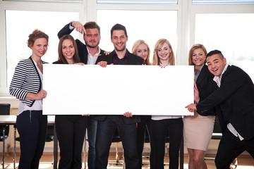Gruppe 8 Personen hält motiviert leeren Banner hoch